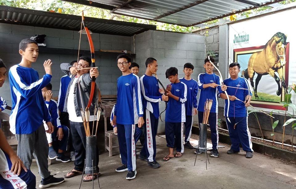 santri putra MBS Muhiba Yogyakarta berlatih memanah