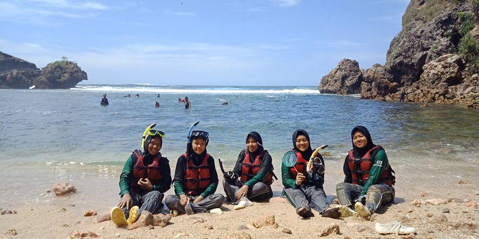 santri putri MBS Muhiba Yogyakarta berlatih berenang
