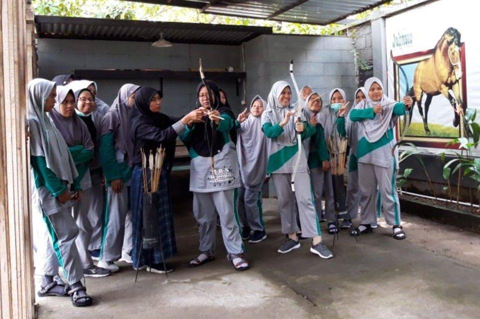 santri putri MBS Muhiba Yogyakarta berlatih memanah